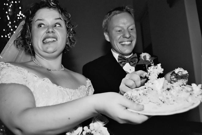 authenticmnweddingphotojournalism-weddingcakedilemma