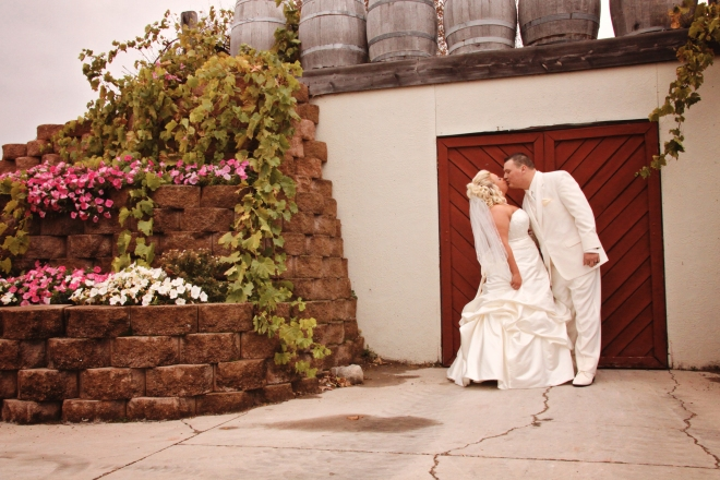 weddingcoupleinlushgardensMNwinerywedding-DMP