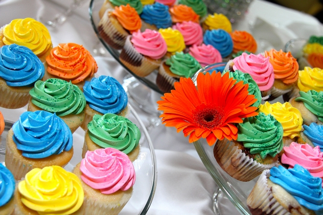 Vibrantbrightcolorfulcupcakeswereservedfortheweddingreception